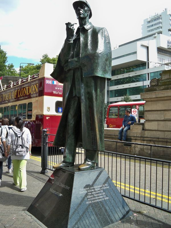 Estatua de Sherlock Holmes a la salida del metro de Baker Street