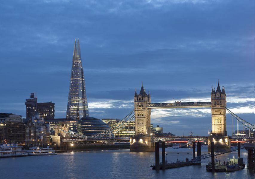 Tower Bridge de noche junto al City Hall y The Shard